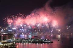 在维多利亚港口的香港五颜六色的烟花 免版税库存图片