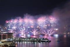 在维多利亚港口的香港五颜六色的烟花 库存图片