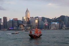 在维多利亚港口,湾仔,香港的一条红色小船 免版税图库摄影