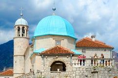 在维尔京海岛上的教会在礁石海岛Gospa od Shkrpela,黑山上的 免版税库存照片