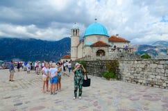 在维尔京海岛上的教会在礁石Gospa od Skrpela海岛,黑山上的 库存照片