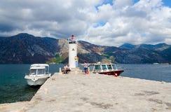 在维尔京海岛上的灯塔在礁石Gospa od Skrpela海岛,黑山上的 库存图片