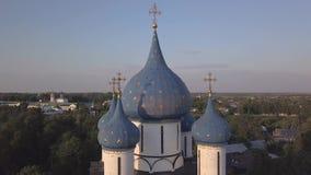在维尔京的诞生的大教堂的圆顶的附近飞行在苏兹达尔 俄国 股票视频