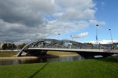 在维尔纽斯电烙横跨涅里斯河河的被成拱形的Mindaugas桥梁 免版税图库摄影