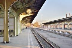 在维帖布斯克驻地的一个离开的铁路平台时钟在 库存照片