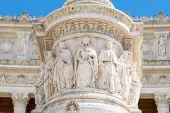 在维托里奥・埃曼努埃莱・迪・萨伏伊下,阿尔塔雷della帕特里亚,威尼斯广场,罗马意大利骑马雕象的墙壁上的雕象  库存照片