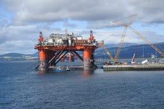 在维护的石油生产船具 免版税库存图片