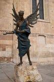 在维罗纳大教堂前面的天使雕象 免版税库存图片