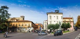 在维罗纳市,意大利,在高大小的pamorama的老部分的街道 库存图片