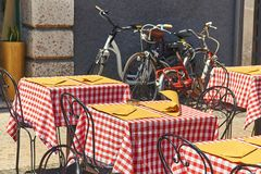 在维罗纳,意大利包缠curles在一个街道咖啡馆的桌上的一块餐巾 免版税库存图片