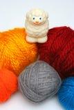 在绵羊纱线的球 免版税库存照片