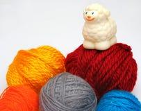在绵羊纱线的球 免版税库存图片