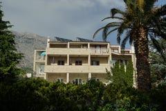 在绿叶风景的旅游村庄在地中海地区 免版税库存图片