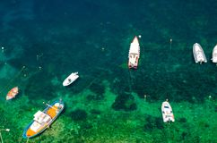在绿松石水,Scilla,Ita波浪的许多小渔船  库存图片