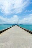 在绿松石海洋的人行桥 库存图片