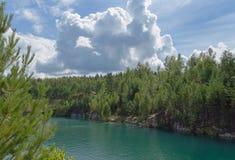 在绿松石湖的美好的cloudscape 免版税库存照片