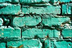 在绿松石砖墙油漆绘的片断老,砖纹理 抽象背景 免版税库存照片