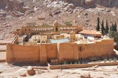 在绿洲沙漠谷的美好的山修道院风景 圣徒凯瑟琳` s修道院在西奈半岛,埃及 库存图片