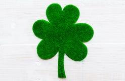 在绿皮书三叶草的愉快的St Patricks天消息 库存图片