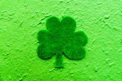 在绿皮书三叶草的愉快的St Patricks天消息 免版税库存图片