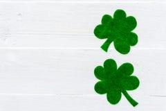 在绿皮书三叶草的愉快的St Patricks天消息 免版税图库摄影