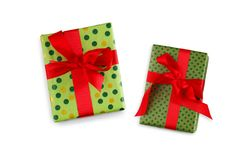 在绿皮书和红色丝带包裹的礼物盒 库存图片