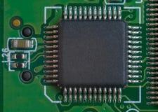 在绿色主板的一大microscheme有很多腿的 库存图片