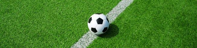 在绿色人为草,横向格式的足球,横幅的 免版税图库摄影