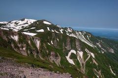 在绿色倾斜的全景在登上Kurodake附近 库存照片