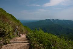 在绿色倾斜的全景在登上Kurodake附近 免版税库存图片