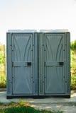 在绿色公园安装的公共厕所 免版税图库摄影