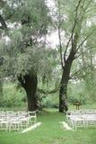 在绿色公园开花婚姻的和白色椅子的曲拱 库存图片