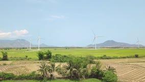 在绿色农业领域的风轮机可再造能源在天空蔚蓝和山风景 风车涡轮天线 股票视频