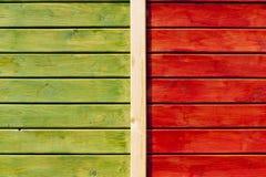 在绿色和明亮的桔子绘的木墙壁 免版税库存图片