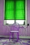 在绿色和紫色的减速火箭的内部 免版税库存照片