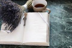 在绿色大理石窗台的葡萄酒笔记本打开了与空白的pa 免版税库存照片