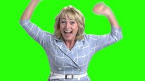 在绿色屏幕上的激动的成熟妇女 股票视频