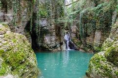 在绿色山沟的瀑布 免版税库存图片