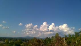在绿色山的白色积云 免版税库存图片
