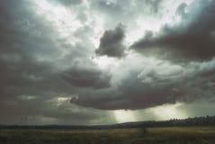在绿色山谷的一多云天 图库摄影