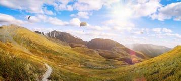 在绿色山风景的惊人的看法 库存图片