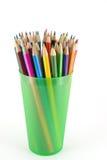 在绿色支柱的颜色铅笔 免版税库存照片