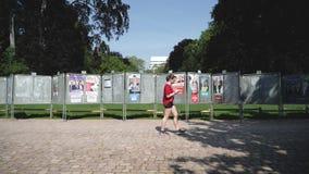 在绿色晴朗公园慢动作妇女走的竞选海报 股票视频
