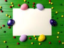 在绿色木背景的多彩多姿的复活节彩蛋 免版税库存图片
