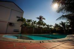 在绿色棕榈树中的美丽的底视图大清楚的水池 库存图片