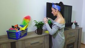 在绿色植物事假的妇女喷洒的水 股票录像