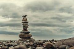 在绿色模糊的背景、小卵石和石头的石石标 免版税库存图片