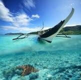 在绿色海岛和st背景的菲律宾原始小船  库存照片