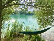 在绿色湖的吊床时间summerKlein的Scheen,德国 免版税库存照片