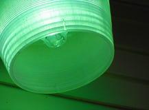 在绿色灯罩的电灯泡 库存图片
